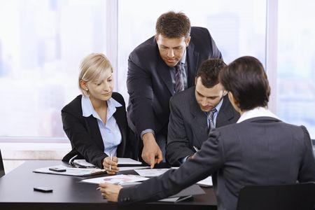 revisando documentos: Disponibilidad de equipo de negocio trabajando juntos, pensando en la reuni�n de la Oficina.