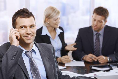 beiseite: Gesch�ftsmann sprechen auf Mobilephone l�chelnd Meeting beiseite betrachten.