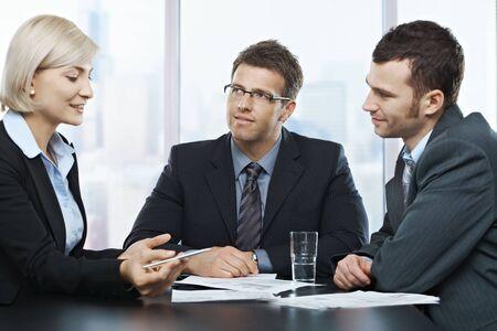 personas escuchando: Empresarios escuchar empresaria explicando su trabajo en la reuni�n de la Oficina.