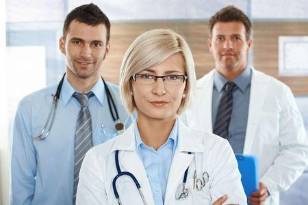 doctora: Equipo m�dico en el hospital corredor femenina m�dico mirando al frente de c�mara, sonriendo. Foto de archivo