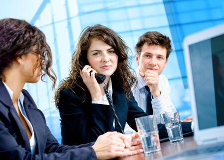 gl�cklicher kunde: Young und gl�cklich Kunden Service Operatoren in einer Zeile sitzen und auf Festnetz-Telefonen aufrufen.