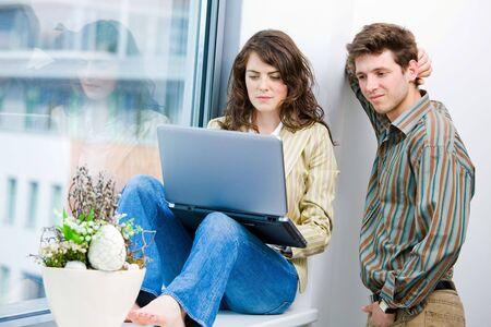 Hombres y mujeres trabajadores de oficina hablando y lluvia de ideas en la Oficina, utiliza equipo portátil.  Foto de archivo - 6550636