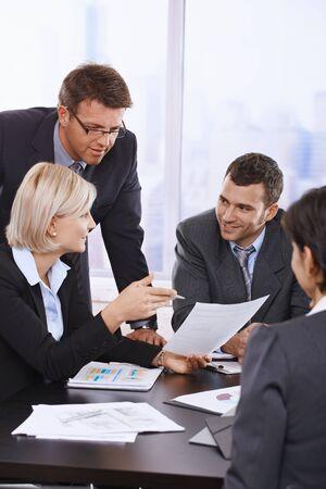 vertical: Gente de negocios que revisar el contrato en reuni�n en la Oficina. Foto de archivo