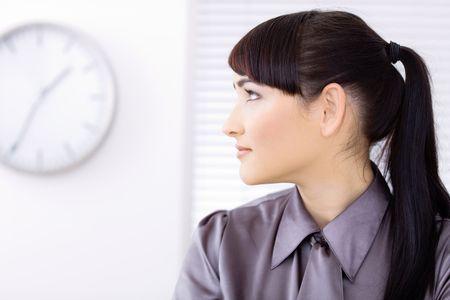 woman clock: Retrato de perfil de la empresaria joven hermosa.