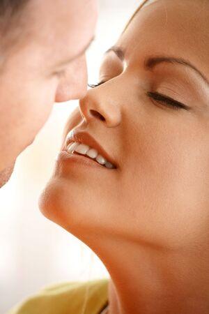 be kissed: Bella donna sorridente con gli occhi chiusi in attesa di essere baciato da uomo.  Archivio Fotografico