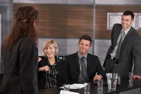 respeto: Gente de negocios que se divierten en la reuni�n, empresaria bromeando, riendo de socios.