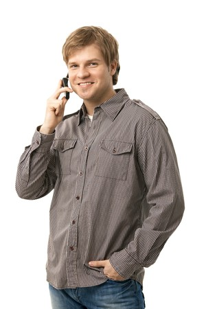 persona llamando: Casual hombre joven, hablando por tel�fono m�vil, sonriendo. Aislados en blanco.