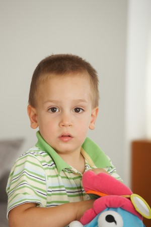 Retrato de niño pequeño (3-4 años) mirando la cámara. Copyspace anterior.