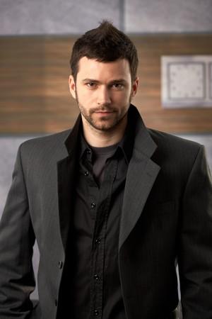 Gut aussehend Mann sucht zuversichtlich in stylish Suit.