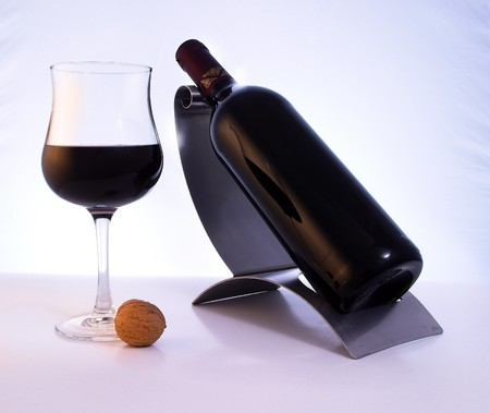 wino: A glass of an elegant, quality red wine.