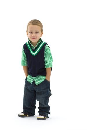 ni�o parado: Retrato de preschoold chico posando camisa verde y pantalones vaqueros, aislados en blanco.