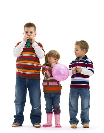 eye wear: Vistiendo pantalones vaqueros y camiseta de rayas, jugando con globos coloridos juguetes de los ni�os felices. Aislados sobre fondo blanco.