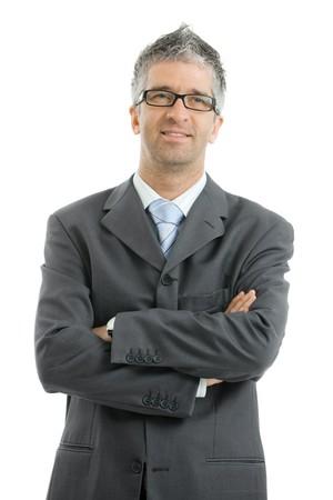 personas de pie: Retrato de hombre de negocios vistiendo traje gris y gafas, de pie con los brazos cruzados, sonriendo. Aislados sobre fondo blanco.