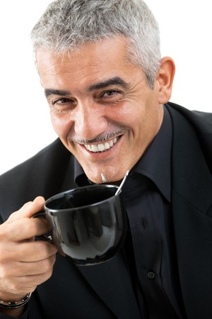 hombre tomando cafe: Hombre maduro feliz beber t�, sonriendo, aislado sobre fondo blanco.  Foto de archivo