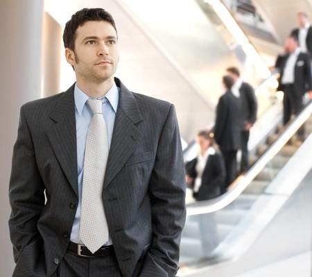 行き: 企業の場所で成功した若いビジネスマンの肖像画。 写真素材