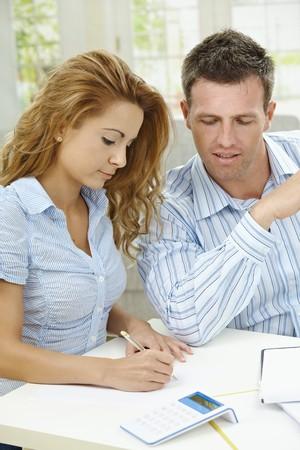 hombre escribiendo: Feliz pareja sentada en su casa, planificaci�n de Estados financieros dom�sticos.