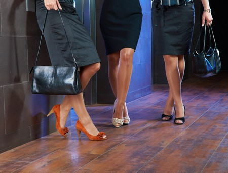 faldas: Piernas femeninas en posesi�n y zapatos de tac�n elegante.