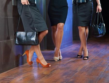 benen: Vrouwelijke benen van de voorraadkosten en elegante hoge hak schoenen.