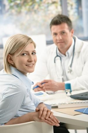 patient doctor: Retrato del paciente en el consultorio, sonriendo a la c�mara.