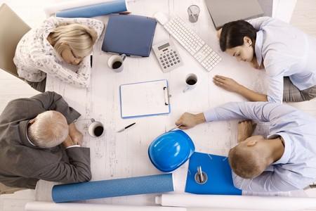 agotado: Empresarios cansados en sesi�n, durmiendo inclinada en vista de �ngulo alto de la tabla.