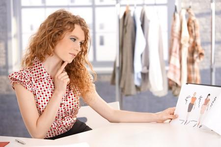 jornada de trabajo: J�venes atractivas de moda dise�ador trabajando en Oficina del pensamiento de escritorio.
