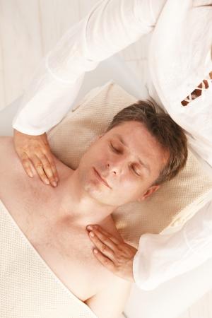 closed eyes: Mid-Adult man genieten van ontspannende hoofd massage in dayspa met gesloten ogen. Stockfoto