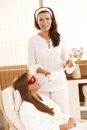 saloon: Esteticista preparando para cosm�ticos l�ser dental blanqueamiento de tratamiento en el Sal�n de belleza.