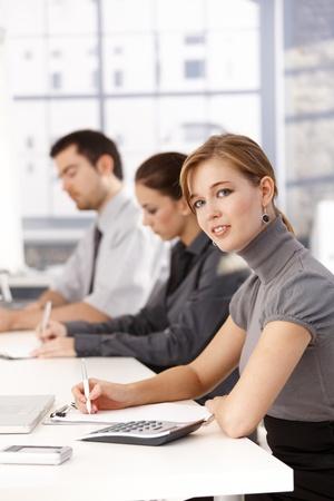 Jonge businessteam met een bijeenkomst, schrijven van notities.