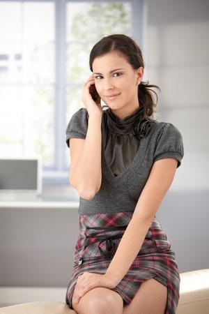 femme brune: Attrayante jeune fille conversation sur t�l�phone mobile, souriant. Banque d'images