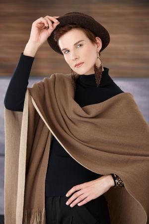 Mode femme posant dans accessoires � la mode, chapeau, une �charpe et bijoux, regardant la cam�ra. Banque d'images - 8559786