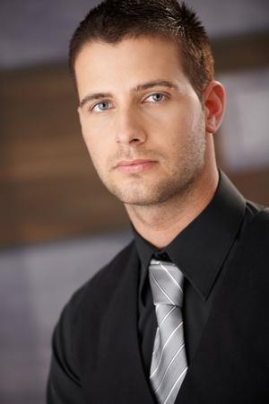 beau jeune homme: Closeup portrait de jeune homme d'affaires beau.