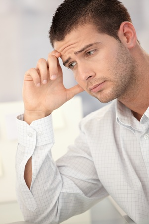 male headache: El hombre de negocios de Goodlooking tener dolor de cabeza en la Oficina. Foto de archivo