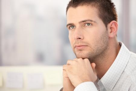 hombre pensando: Retrato de hombre guapo pensando.