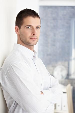 young man standing: Goodlooking giovane permanente braccia incrociate.