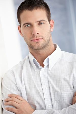 bel homme: Portrait de beau jeune homme. Banque d'images