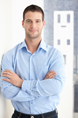 male arm: Goodlooking joven sonriente con confianza.