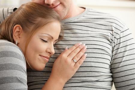 two stroke: Feliz pareja relajante juntos en casa, mujer, apoy�ndose en el pecho del hombre con los ojos cerrados.
