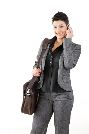 persona llamando: Retrato de feliz empresaria j�venes llamando en m�vil, sonriendo. Foto de archivo