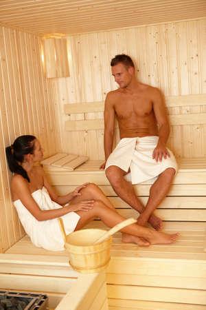 mujeres sentadas: Pareja junto en la sauna, disfrutando de relajaci�n.