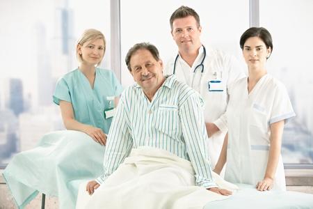 환자: 백그라운드에서 병원 승무원 침대에 이전 환자 앉아.
