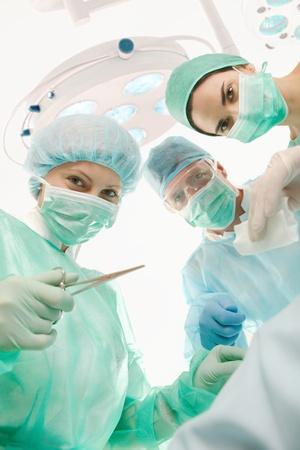cirujano: Retrato de equipo m�dico, mirando la c�mara en el quir�fano.