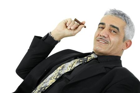 hombre sentado: Retrato de confianza empresario posando con cigarros. Aislados en blanco.