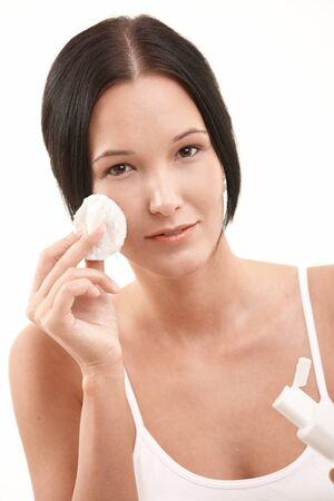 pulizia viso: Beautiful young woman Pulizia viso con rimozione pad e trucco di cotone, rivolto.
