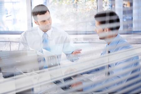 window shade: Businessteam j�venes trabajando juntos en la Oficina brillante.