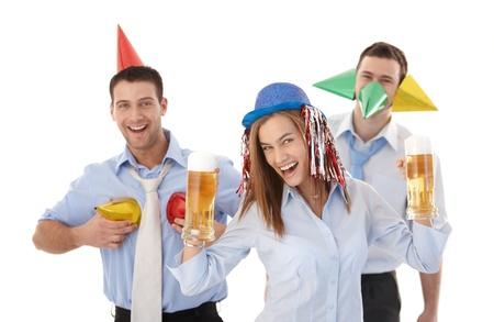 party time: Happy businessteam parti amuser au bureau, souriant, boire de la bi�re.