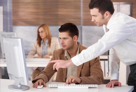 Jonge ondernemers deelnemen aan computer cursus.