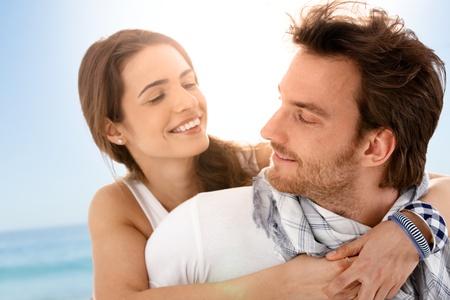 amigos abrazandose: J�venes felices pareja abrazar en Playa de verano, divertirse juntos, riendo.