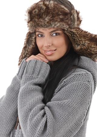 warm clothes: Sorridente giovane donna vestita per divertimento invernale, indossando vestiti caldi. Archivio Fotografico