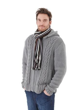 maglioni: Giovane uomo vestito caldo, con indosso il maglione e sciarpa, sorridente. Archivio Fotografico