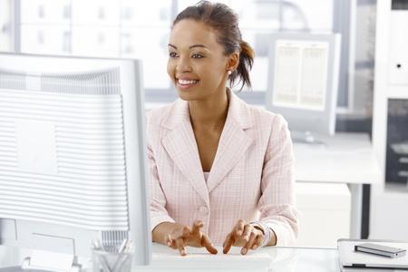 obreros trabajando: Oficina feliz trabajador chica sentada en escritorio, trabajo en equipo, mirando la pantalla.